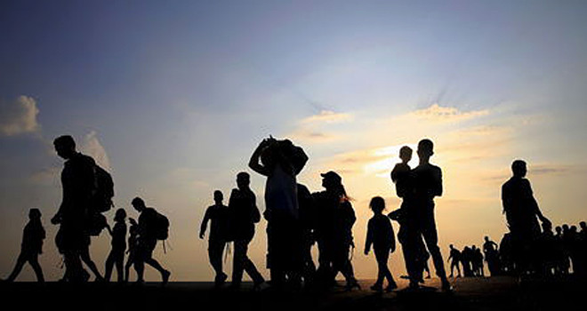 Syrian refugees from Kobani walk at the port of Kos following a rescue opperation off the Greek island of Kos